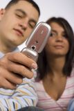 Jonge Volwassen Man en Vrouw met de Telefoon van de Cel Stock Fotografie