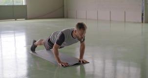 Jonge volwassen mens die duwups oefening doen tijdens fitness sporttraining Grunge industriële stedelijke opleiding 4k langzame m stock videobeelden