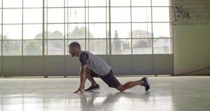 Jonge volwassen mens die het uitrekken opwarmen zich tijdens fitness sporttraining Front View Grunge industriële stedelijke oplei stock video