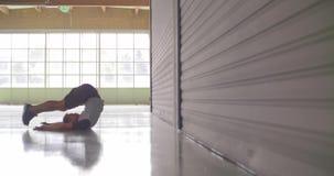 Jonge volwassen mens die het uitrekken opwarmen zich tijdens fitness sporttraining Zachte nadruk Grunge industriële stedelijke op stock videobeelden
