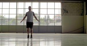 Jonge volwassen mens die springende hefbomenoefening doen tijdens fitness sporttraining Front View Grunge industriële stedelijke  stock video
