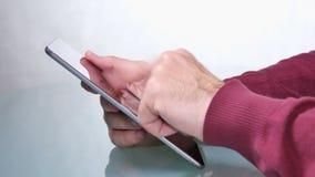 Jonge Volwassen Mens het Doorbladeren Tablettoepassingen stock video