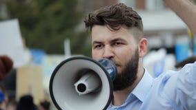 Jonge volwassen mensenschreeuwen in megafoon De Kaukasische mensen schreeuwen hevig en boos stock footage