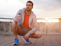 Jonge volwassen sportman die in de stad uitwerken Royalty-vrije Stock Foto