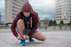 Jonge volwassen sportman die in de stad uitwerken Royalty-vrije Stock Afbeeldingen