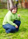 Jonge volwassen vrouw die met handicap van aard in de lentetuin genieten stock afbeelding