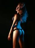 Jonge volwassen vrouw die in zwarte lingerie erachter schieten van Royalty-vrije Stock Afbeelding