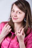 Jonge, volwassen, vrouwelijke arts met roze stethoscoop en kleding Stock Afbeeldingen