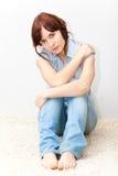 Jonge volwassen zitting op de vloer stock foto
