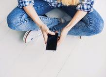 Jonge volwassene die slimme telefoon met behulp van technologie Stock Afbeelding