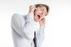 Jonge volwassene met en hoofdtelefoons die gillen zingen Royalty-vrije Stock Foto's
