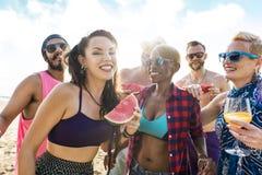 Jonge volwassene samen op de strandpartij royalty-vrije stock afbeelding