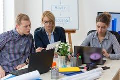 Jonge volwassenen op kantoor stock fotografie