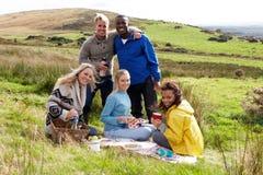 Jonge volwassenen op landpicknick Stock Afbeeldingen
