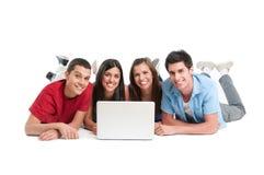 Jonge vrienden bij laptop Stock Foto's