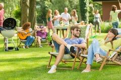 Jonge vrienden die barbecuepicknick hebben stock fotografie