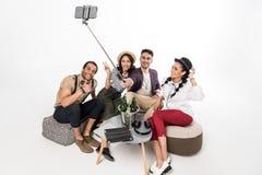 Jonge vrienden die bier drinken en selfie met smartphone nemen Stock Foto's