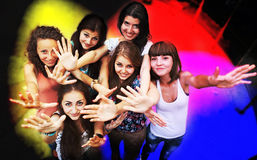 Jonge vrienden die bij een nachtclub dansen royalty-vrije stock foto
