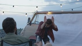 Jonge vrienden die charades in kampeerterrein spelen stock videobeelden