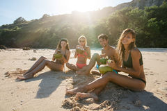 Jonge vrienden die de zomer van vakantie op strand genieten Royalty-vrije Stock Foto
