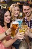 Jonge vrienden die een drank hebben samen Stock Foto