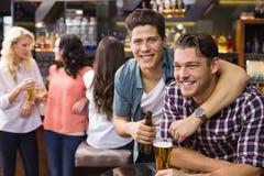 Jonge vrienden die een drank hebben samen Royalty-vrije Stock Afbeelding