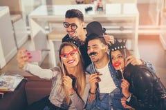 Jonge vrienden die een grote tijd in restaurant hebben Royalty-vrije Stock Afbeeldingen
