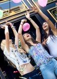 Jonge vrienden die een partij hebben Stock Foto's