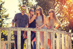 Jonge vrienden die en pret hebben in openlucht lachen Royalty-vrije Stock Afbeelding