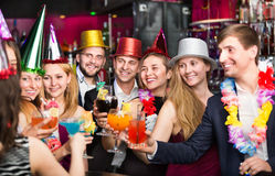 Jonge vrienden die op verjaardagspartij dansen Stock Fotografie