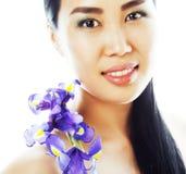 Jonge vrij Aziatische vrouw met bloemorchidee dicht omhooggaand geïsoleerd SP Stock Afbeeldingen