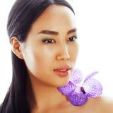 Jonge vrij Aziatische vrouw met de close-upisola van de bloem purpere orchidee Stock Foto