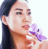 Jonge vrij Aziatische vrouw met dichte omhooggaande isol van de bloem purpere orchidee Stock Fotografie