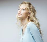Jonge vrij blonde vrouw die op witte dicht omhoog make-up als achtergrond, het concept van levensstijlmensen glimlachen stock foto