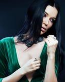 Jonge vrij donkerbruine geklede vrouwenmanier, heldere make-up, eleg Stock Afbeeldingen