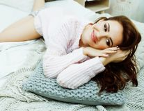 Jonge vrij donkerbruine vrouw in haar slaapkamerzitting bij venster Li royalty-vrije stock afbeeldingen