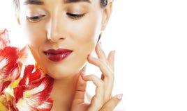 Jonge vrij donkerbruine vrouw met rode bloemamaryllis dichte omhooggaande I Royalty-vrije Stock Afbeelding
