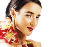 Jonge vrij donkerbruine vrouw met rode bloemamaryllis dichte omhooggaande I Royalty-vrije Stock Afbeeldingen