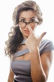 Jonge vrij echte donkerbruine vrouwensecretaresse in sexy kleding die glazen dragen die op witte achtergrond wordt geïsoleerd die royalty-vrije stock afbeelding