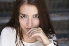 Jonge vrij modieuze vrouwenzitting op treden Royalty-vrije Stock Afbeelding