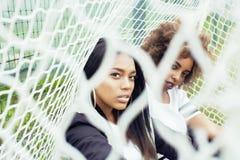 Jonge vrij multi het behoren tot een bepaald ras Afro-Amerikaanse meisjes die pret op foothballgebied hebben, ventilatorclub van  Stock Foto's
