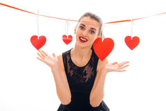 Jonge vrolijke donkerbruine dame met rood hart in studio glimlachen op camera geïsoleerd op witte achtergrond Rood nam toe Stock Foto's