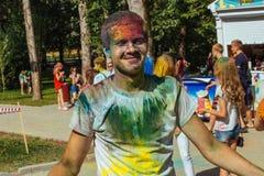 Jonge vrolijke jongen bij Holi-verfpartij Stock Foto