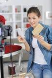 Jonge vrolijke vrouw die videoblog registreren royalty-vrije stock afbeelding