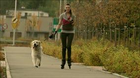 Jonge vrolijke vrouw met de hond stock video