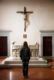 Jonge Vrouw in Één van Italiaanse Kerk Stock Afbeelding