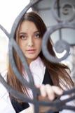 Jonge vrouw achter metaaldraad Royalty-vrije Stock Foto's