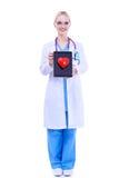 Jonge vrouw arts die een rood die hart houden, op witte achtergrond wordt geïsoleerd Royalty-vrije Stock Foto