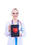 Jonge vrouw arts die een rood die hart houden, op witte achtergrond wordt geïsoleerd Stock Afbeeldingen