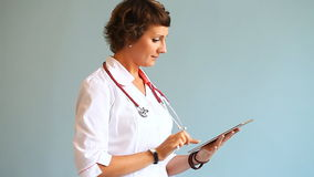 Jonge vrouw arts die met een digitale tablet werken stock video